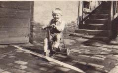 Mai 1947 R mit Dreirad im Hof